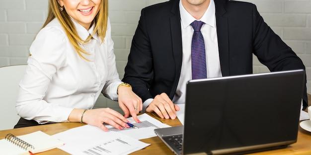 男性と女性のオフィスワーカーのクローズアップ。