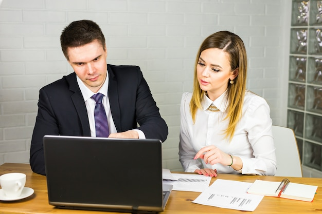 男性と女性のオフィスワーカー。