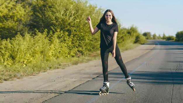 道路でスケートの若い女性