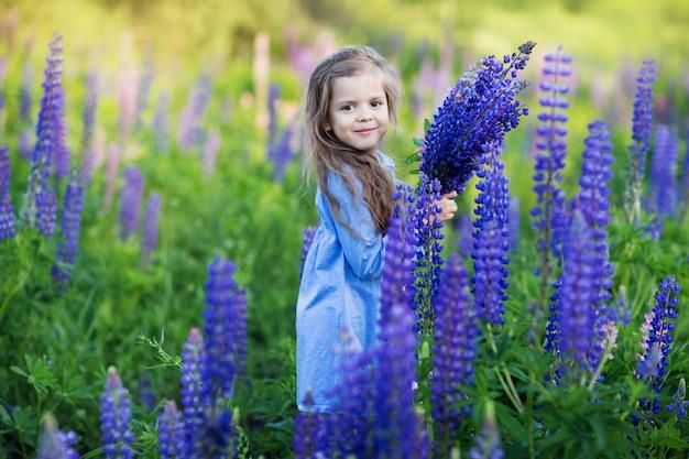 Маленькая девочка в лавандовом поле
