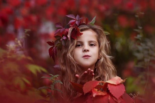 キスを吹いている秋の森の少女の肖像画