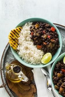 キューバ米と黒豆のグリルパイナップル添え。
