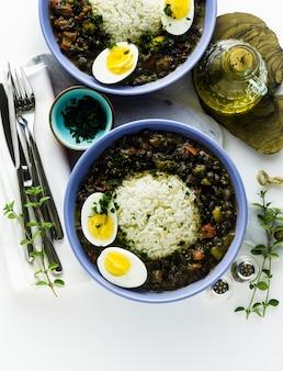 テーブルに黒豆とゆで卵をスパイスとオリーブオイルでご飯