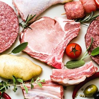 鶏もも肉、豚肉と牛肉のハンバーガー、リブとケバブ、七面鳥のミートボール、調理する準備ができています
