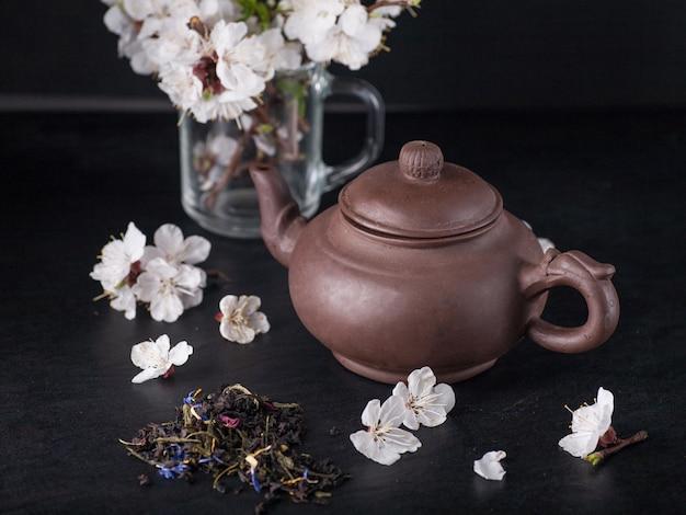 中国のティーポットとアプリコットの花
