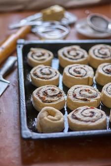 自家製の甘い伝統的なデザート、ベーキングトレイのペストリーカタツムリ