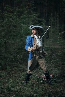 Человек, одетый как солдат американской революционной войны сша с пистолетом и саблей
