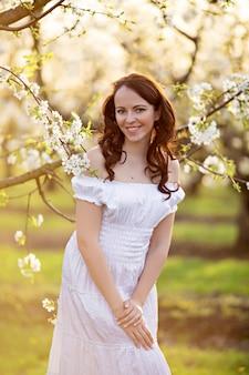 春咲く庭で幸せな女の女の子