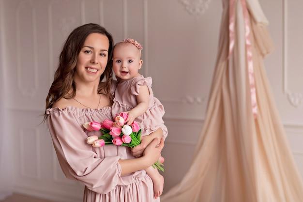 かわいい娘と一緒に美しいお母さんの肖像画