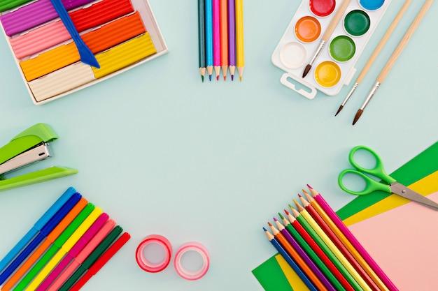 Красочные школьные принадлежности на синем фоне