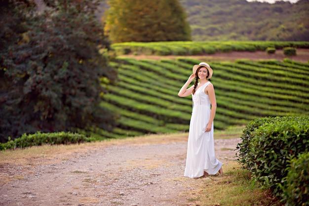 茶畑を楽しむ茶畑の少女旅行者の肖像画。
