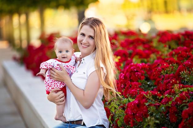 Счастливая семья, мать с дочерью в природе в парке летом.