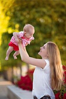Счастливая семья, мама с дочерью на природе в парке летом.