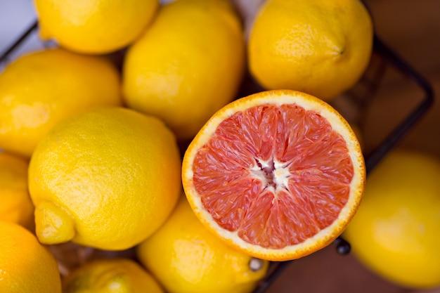Лимоны в корзине на открытом воздухе