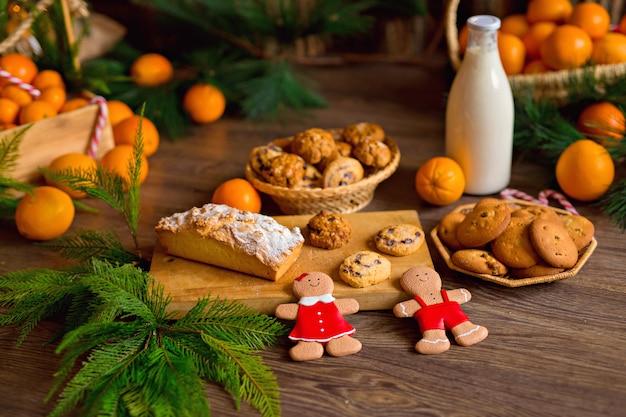 クリスマスのジンジャーブレッドクッキー、みかん、花輪とクリスマスツリー