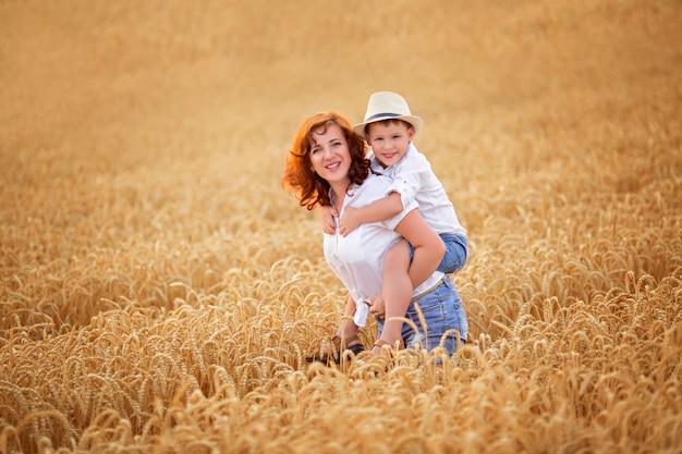 ママと息子の麦畑