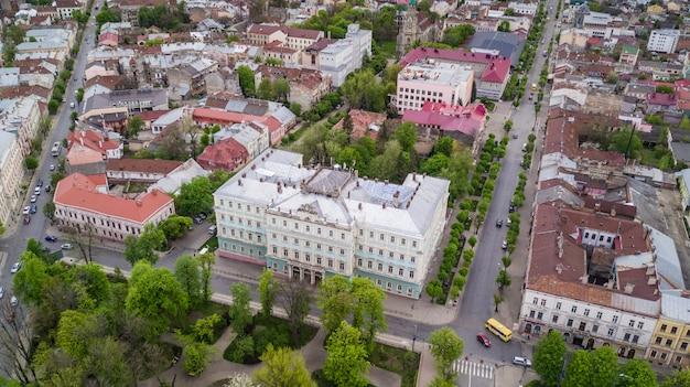 チェルニウツィー市の歴史的中心部の航空写真