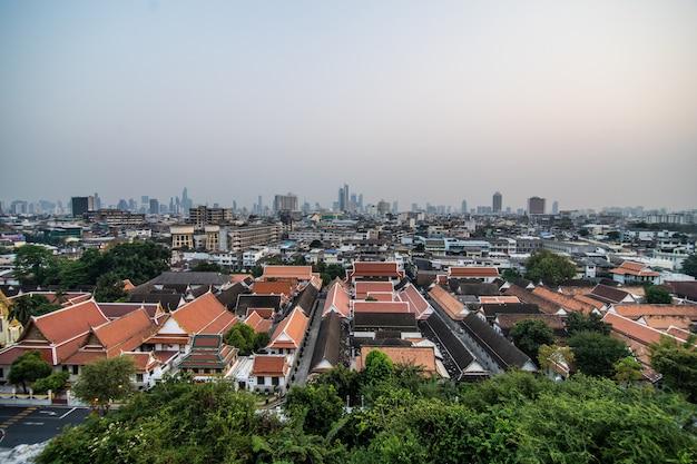 ゴールデンマウント、ワットサケットラチャウォラマハウィハン、バンコク、タイの上に黄金の塔