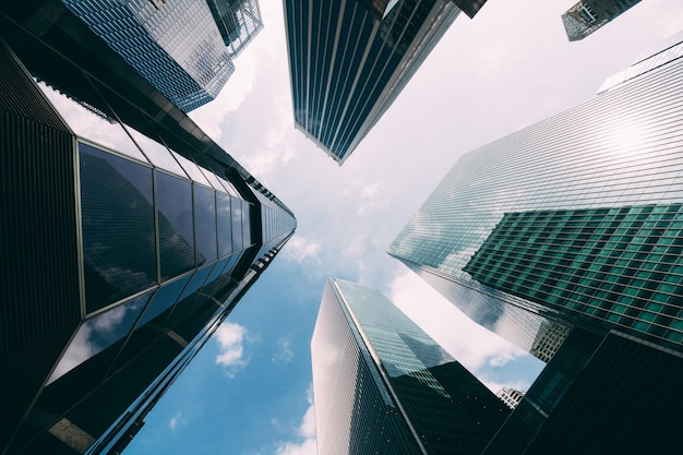 Современное офисное здание. взгляд низкого угла небоскребов в городе сингапура. современное офисное здание. взгляд низкого угла небоскребов в городе сингапура.