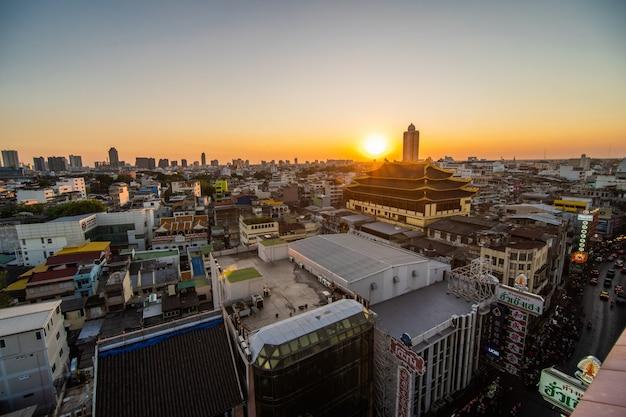 バンコク、タイの都市の真ん中にチャイナタウンの屋上からの眺めの上
