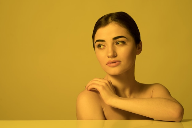 若い美しい女性の顔のケアとスキンケア