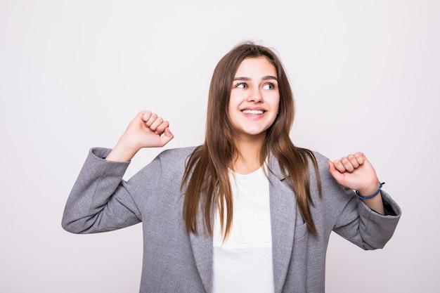 Счастливый победитель успех деловой женщины празднуют крики и танцы радости победы на белом фоне