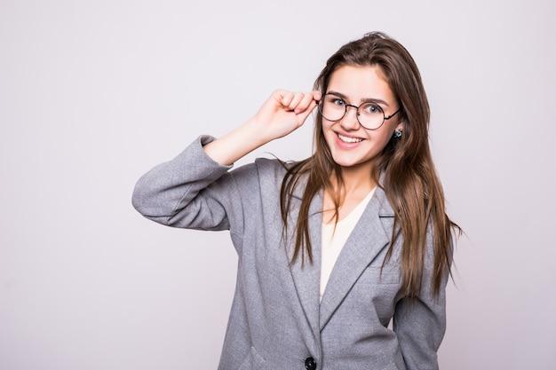 Симпатичная молодая деловая женщина в очках на белом фоне