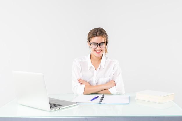 白い背景で隔離のラップトップで働く美しいビジネス女性