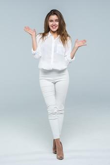 Деловая женщина с поднятыми руками путать на белом фоне