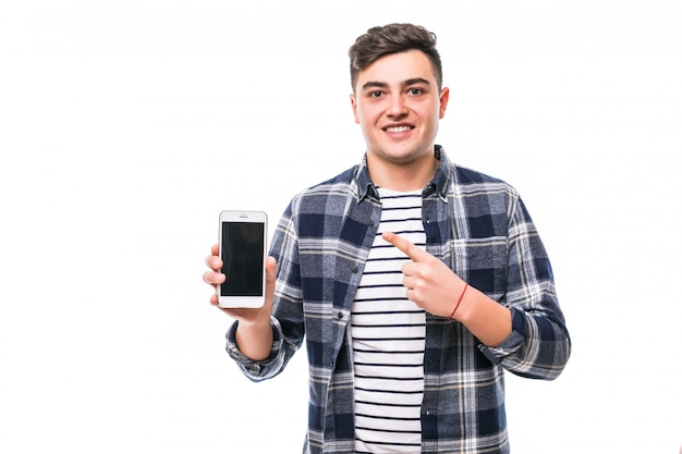 Молодой парень с телефоном празднует победу своей любимой команды