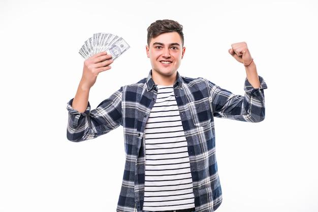 Молодой богач в повседневной футболке держит веер денег