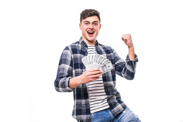 Богатый человек в повседневной одежде держит веер денег