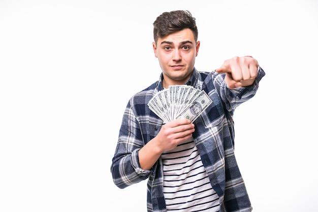 Человек в повседневной одежде держит веер долларовых купюр