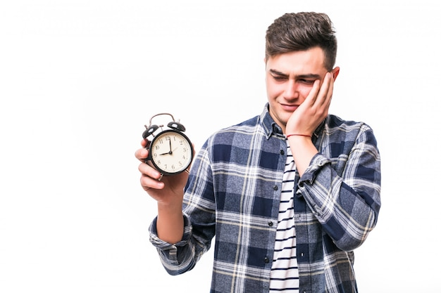 赤い目覚まし時計を持つ少年は、彼が遅れていることを理解しています