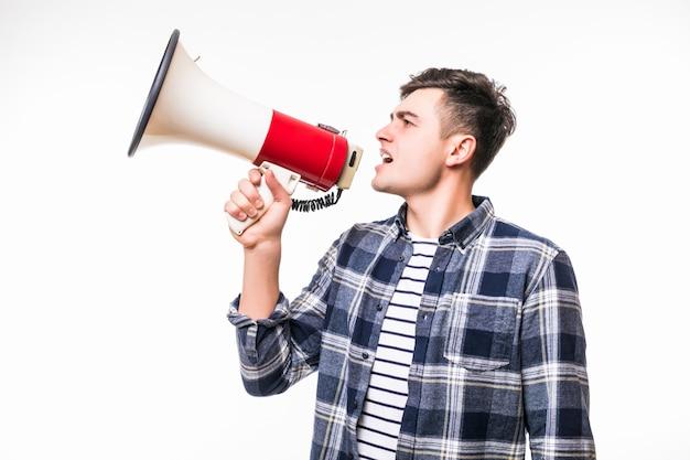 Взрослый мужчина держит красный с белым мегафоном и говорить