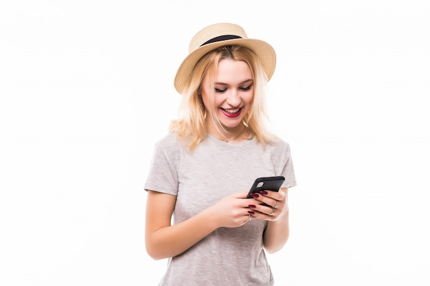 Красивая женщина в яркой шляпе, используя новый мобильный телефон