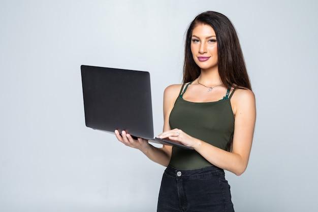 Молодая женщина с ноутбуком, изолированные