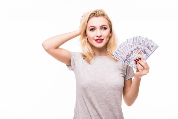 Женщина счастлива выиграть много денег в случайной лотерее