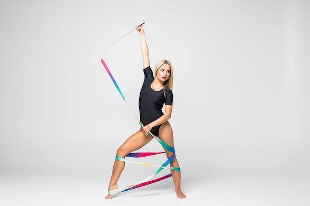 Художественная гимнастка с лентой для гимнастики изолирована