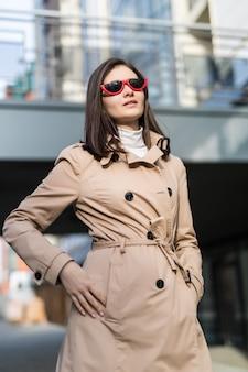 Модная девушка в повседневной одежде гуляет по центру города вечером