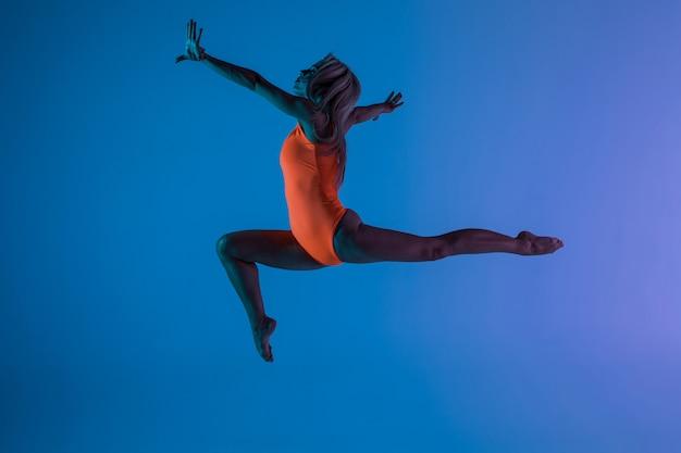 分離した体操運動をしている若い女の子