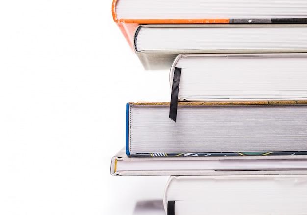 白い表面上に分離されて厚い本