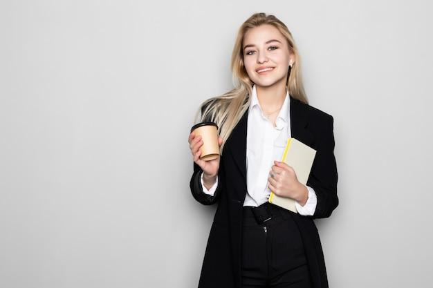 Белокурое сочинительство бизнес-леди в ее изолированной тетради