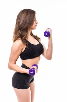 Женщина с гантелями разрабатывая изолированная с концепцией спортзала фитнеса
