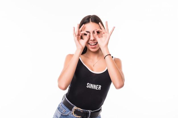 Молодая тощая модель делает солнцезащитные очки своими руками и пальцами