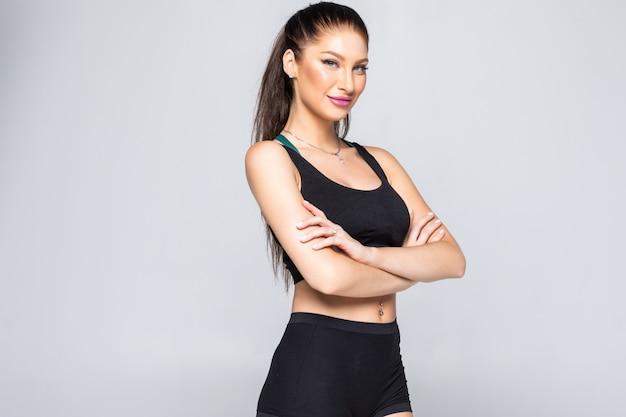 腕を組んで立っている笑顔のスポーツ女性