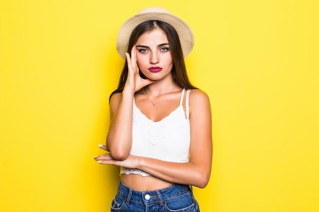 黄色の壁に美しい若い女性の肖像画