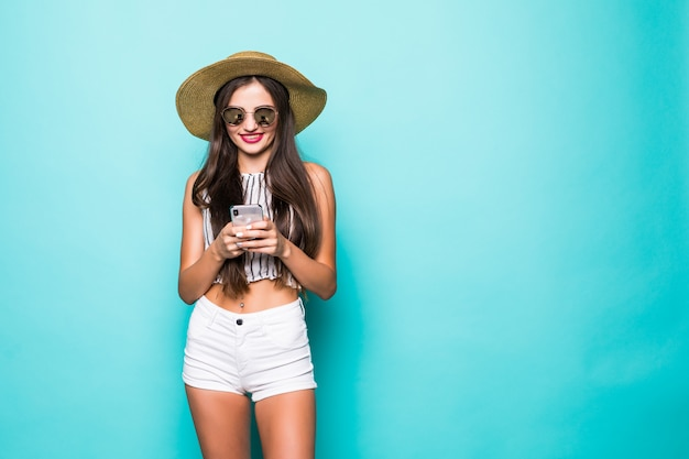 背景色が水色で分離されたデバイスのチャットを使用して素敵な魅力的な女性の肖像画
