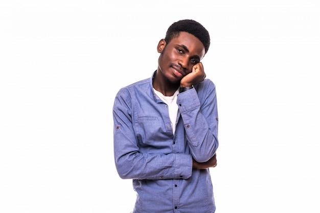 若いは、白い壁に分離されたアフリカ人を退屈しました。人間の否定的な感情、表情、感情、ボディランゲージ