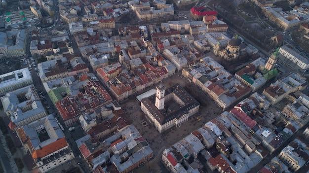 日中ウクライナのリヴィウの旧市街の街並み。ヨーロッパの都市の不思議な雰囲気。ランドマーク、市庁舎、メイン広場。空撮。